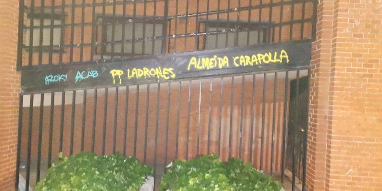 """Vuelven a pintar el grafiti que Almeida intentó borrar: """"Ladrones"""""""