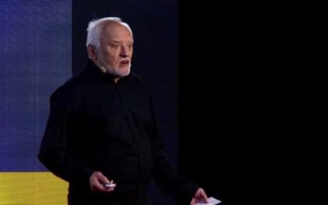 Andras Arato, mejor conocido en internet como el meme de Harold, es un ingeniero eléctrico húngaro de 73 años de edad además de modelo de fotografía de stock y DJ de radio.