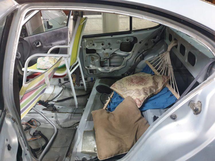 La policía de Toledo da el alto a un coche que tenía sillas de playa en lugar de asientos