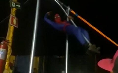 Me falta ver cómo aterrizó para saber si es un Spiderman muy bueno, o muy malo