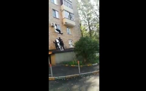 Policías rusos intentando entrar a una casa por la ventana