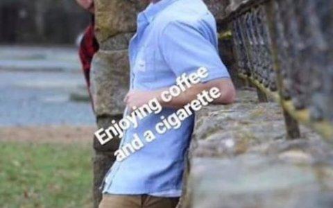 Café y cigarro moñeco de barro