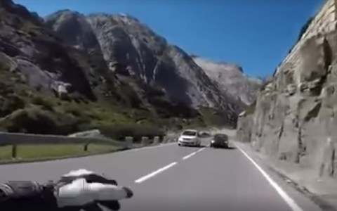 Dedito en la carretera