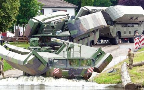 4 camiones anfibios del ejército alemán se acoplan para crear una plataforma flotante