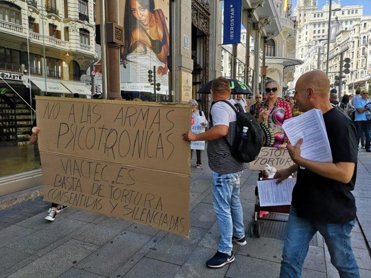Hay una manifestación por la Gran Vía de personas que creen que están siendo atacadas con armas electromagnéticas que controlan sus pensamientos