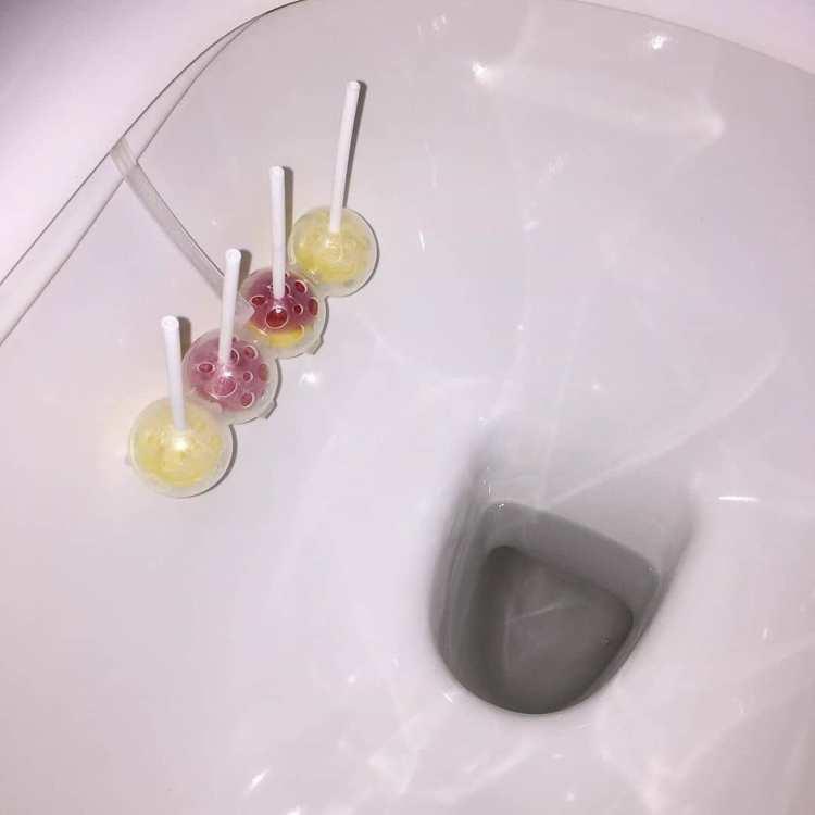 ¿Sabías que esa cosa de plástico de los váteres es un fantástico lugar para guardar tus chupachups abiertos?
