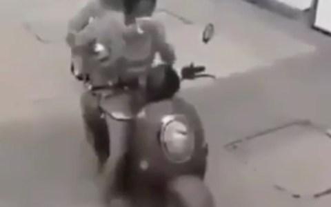Otro de ladrones robando al tirón desde una moto... peroesta vez se comieron los mocos