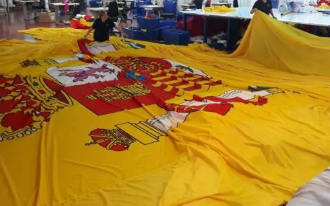 """Vox encarga la bandera más grande de la historia de España para el acto de Colón: """"Mide casi un campo de fútbol"""""""