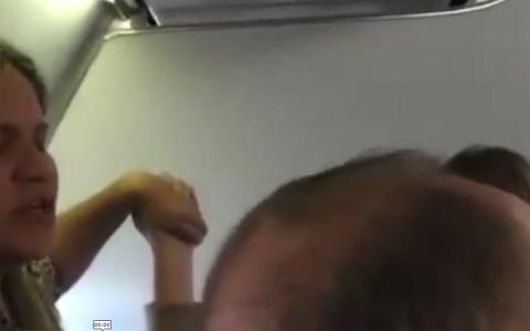 Todos rezando por la falla de un motor en el avión y el señor empinándose la botella...