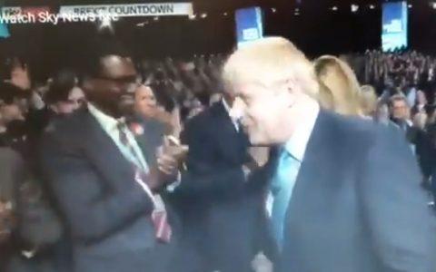 Boris Johnson da la mano a todo el mundo menos a dos personas
