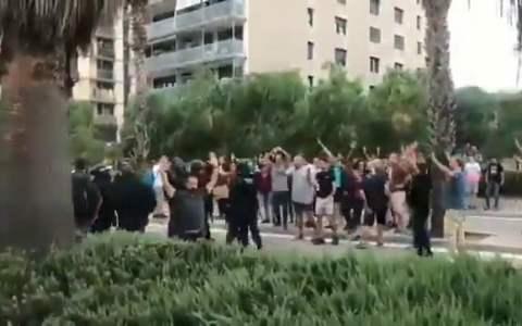 Una Mosso cae al suelo y varias personas aprovechan la ocasión para agredirla