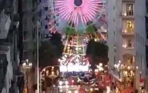 En Vigo han puesto el Ojo de Sauron pero en versión navideña.