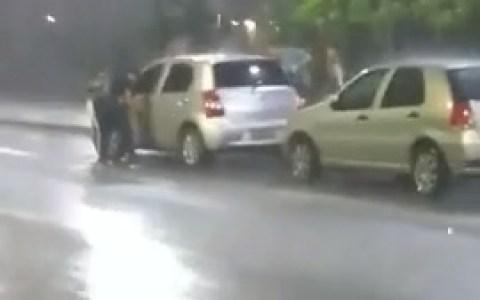 Lo peor que te puede pasar cuando está cayendo el diluvio es que el coche no se abra. Bueno... en realidad hay algo peor.