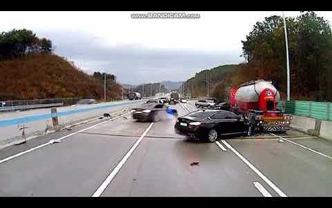 """""""Vaya, un accidente múltiple. Me pondré en medio de la autopista para avisar a los coches que vienen a toda velocidad... ¿Qué podría salir mal?"""""""