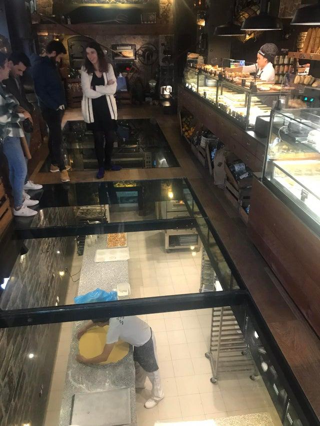 Esta panadería de Mallorca tiene el suelo transparente para que los clientes puedan ver a los cocineros trabajando