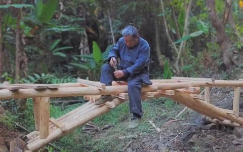 Creando un puente de madera para comunicar dos terrenos separados por un riachuelo, al estilo japonés