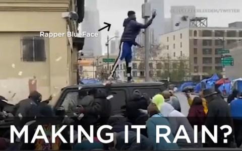 """El rapero """"Blueface"""" tirando fajos de billetes al aire en un lugar frecuentado por gente sin techo"""