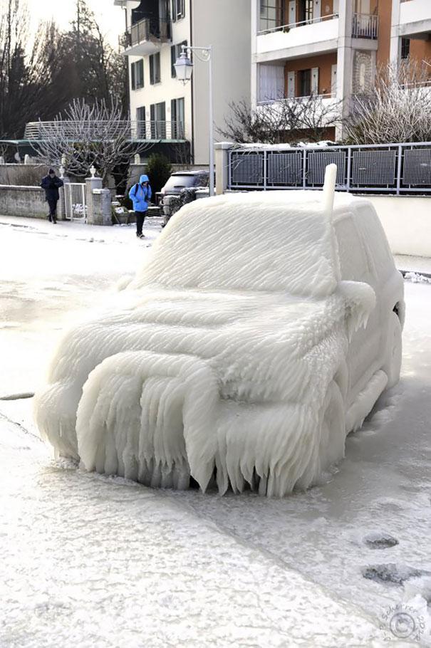 18 coches convertidos en obras de arte con el frío