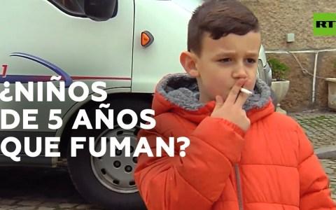 Durante las festividades de la Epifanía en el pueblo portugués de Vale de Salgueiro se alienta a niños de hasta cinco años a fumar cigarrillos