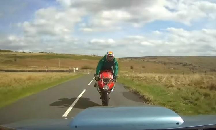 El conductor de un Subaru Impreza se lleva por delante a un motorista en un choque frontal, tras tomar una curva de carretera comarcal a 135km/h, en Inglaterra