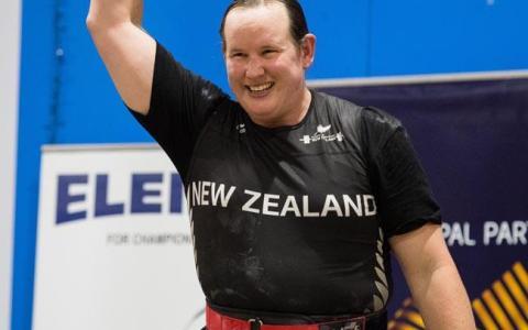 La levantadora de peso transgénero Laurel Hubbard gana dos medallas de oro y arrasa con todas las mujeres