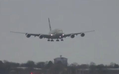 Espectacular aterrizaje de un Airbus A380 con viento cruzado en Londres