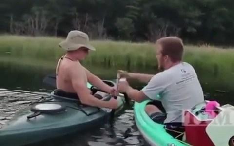 """""""En esa canoa está la chica que te gusta, actúa normal"""""""