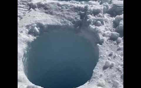 Este es el curioso sonido que hacen los objetos que son lanzados por un agujero de 4 metros en el hielo de la Antártida