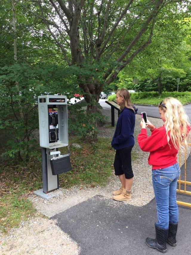Jóvenes Millennials apreciando la arqueología local