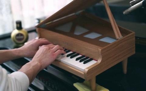 La marcha turca de Mozart interpretada con un piano de juguete