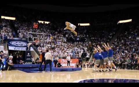 La mascota del equipo de la Brigham Young University desafiando a la gravedad