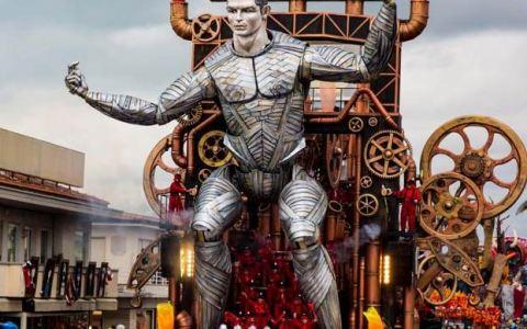 Un robot gigante de Cristiano Ronaldo protagoniza un extraño carnaval italiano