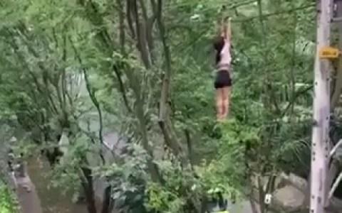 Una mujer muy colgada (de un cable eléctrico) cae aparatosamente en Medellín