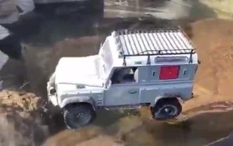 Meteré mi Land Rover Defender en un lago helado... ¿qué podría salir mal?