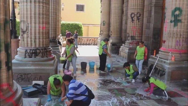 """Ironías de la vida: Un grupo de mujeres limpiando pintadas """"feministas"""" después del 8M"""