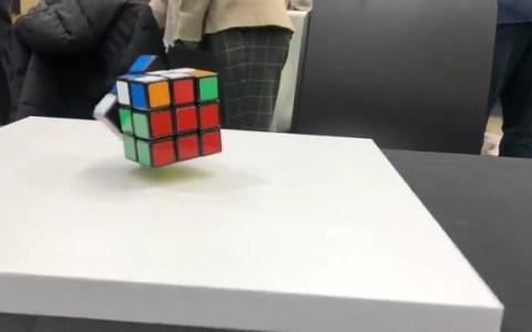 Un cubo de rubik electromecánico que levita y se soluciona solo