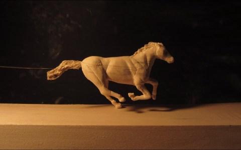 """Día 56893 de cuarentena: """"he tallado un caballo de madera en movimiento"""""""