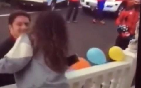 Un alcalde de Tenerife reparte besos a sus vecinos a cara descubierta