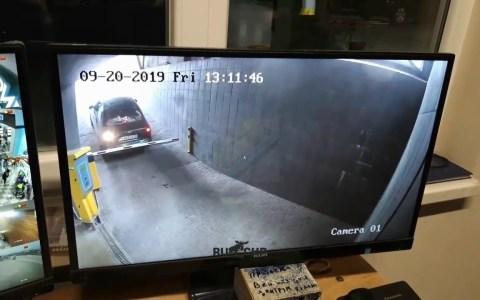 Pelea entre un conductor inútil y una barrera de parking
