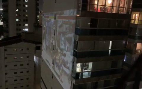 La cuarentena se pasa mejor jugando a la Play con un proyector... EN LA FACHADA DEL VECINO