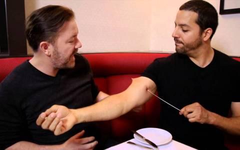 """Cuando Ricky Gervais vio la """"magia"""" de David Blaine delante de sus narices"""