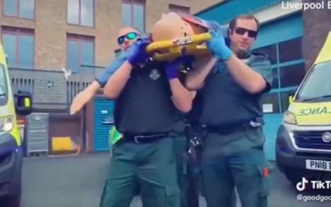 El vídeo del servicio de ambulancias británico imitando a los negros del ataúd que han tenido que borrar