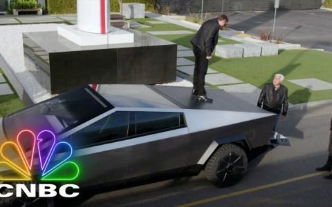 Elon Musk le deja su CYBERTRUCK a Jay Leno para que lo pruebe por los túneles de la BORING COMPANY