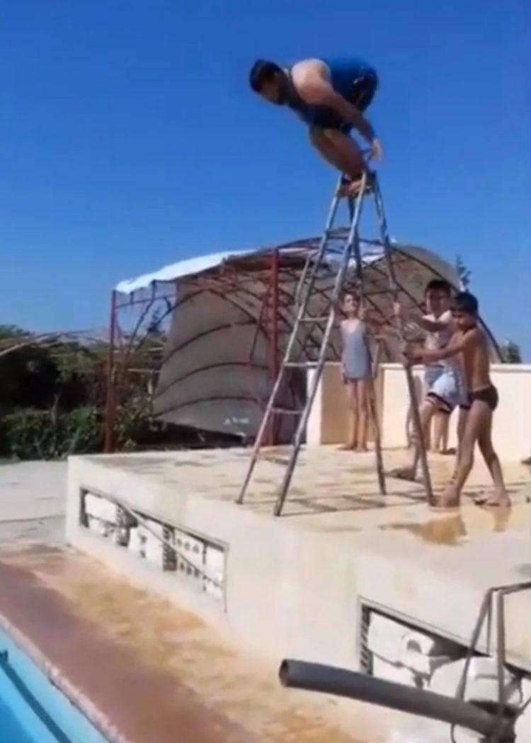 Saltaré desde lo alto de una escalera, a metro y medio de la piscina... ¿qué podría salir mal?