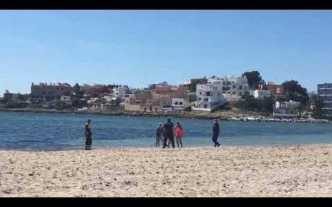 Un hombre detenido por intentar ahogar a un agente de policía en la playa de Talamanca (Ibiza)