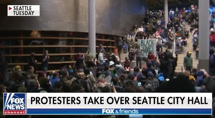 """Los manifestantes de Seattle exigen la renuncia del alcalde después expulsar a la policía y declarar la ciudad """"zona autónoma"""""""