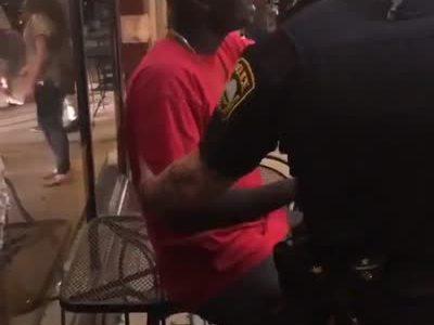 """""""Unos agentes detienen a un hombre negro y resulta ser del FBI"""""""