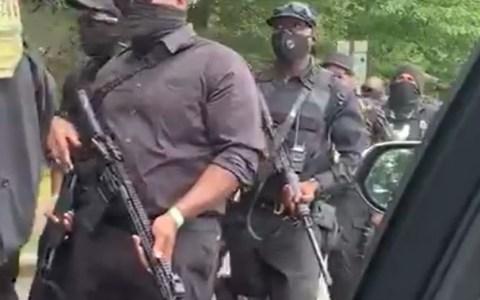 Mientras tanto, en Georgia (USA)... los manifestantes del Black Lives Matter marchan armados hasta los dientes