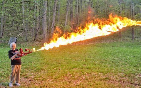 Una abuela disparando un lanzallamas contra 16.000 petardos