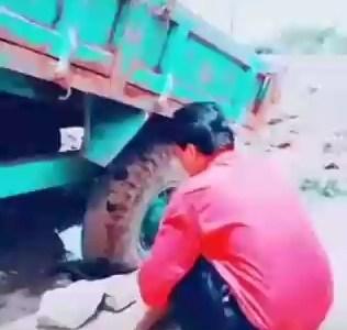 Cómo desatrancar un camión con volquete que tiene una rueda en un agujero